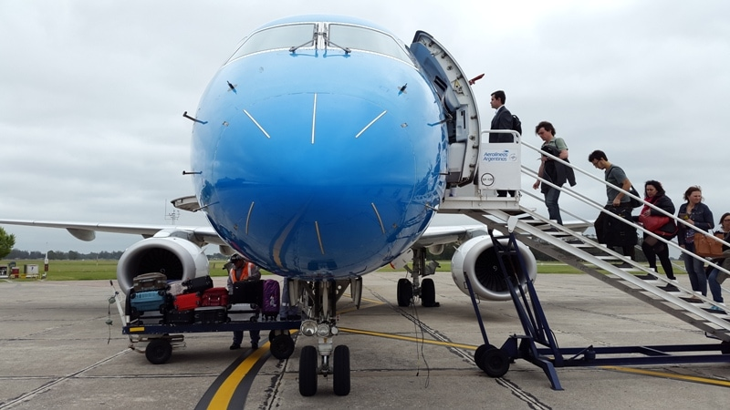 AR_MDQ-BUE_Avion_Austral_Embraer_190_frente