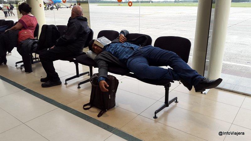 Pasajero_aeropuerto_MDQ_durmiendo_Paro_General_Huelga_ATE_24.02.2016