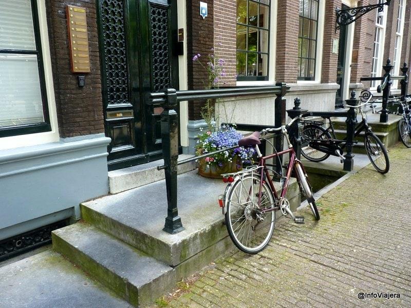 Amsterdam_Entrada_Casa_Canal_Con_Bicicletas