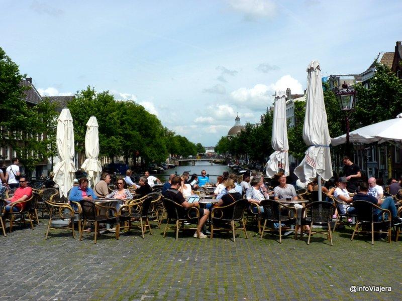 Amsterdam_Gente_Mesitas_Bar_Canal