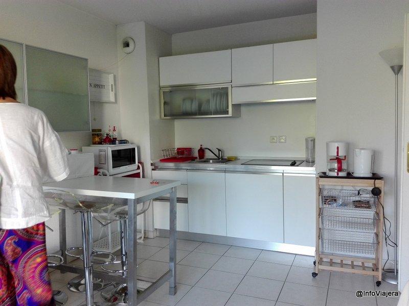 Gabriela mostrándonos la cocina.