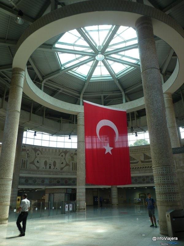 estambul_metro_aeropuerto_asia_estacion_marmaray_bandera