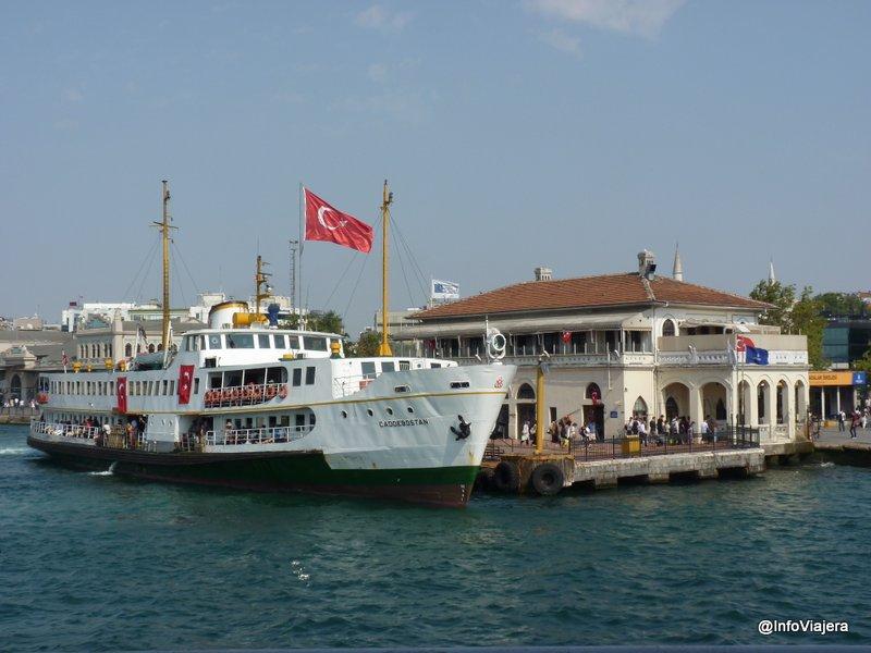 ferry_en_muelle_estambul_turquia