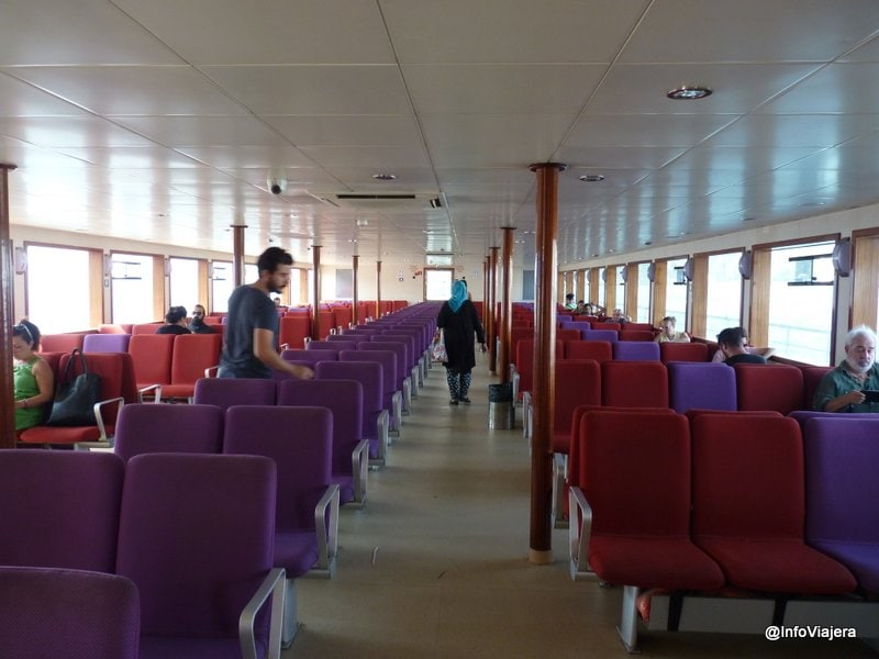 Interior de un ferry de Estambul
