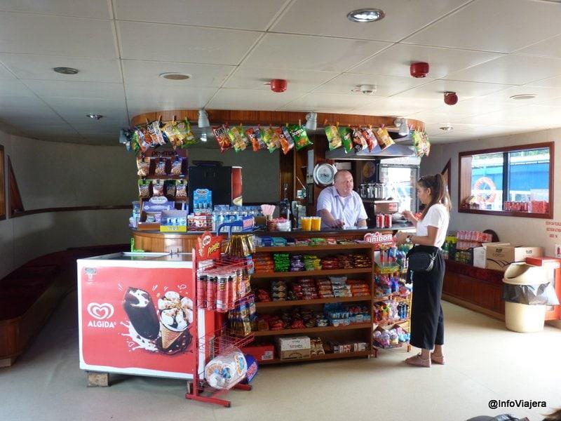 Kiosco - barcito en el interior de un ferry de Estambul