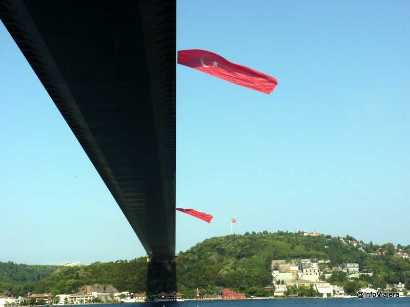 puente_ferry_banderas_gigantes_estambul_turquia