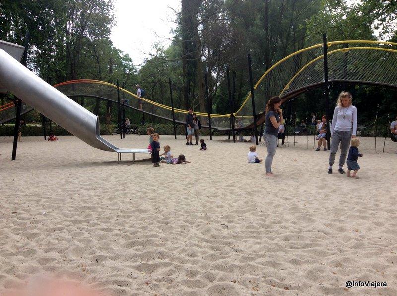 viajar_con_bebes_europa_amsterdam_juego_ninos_plaza